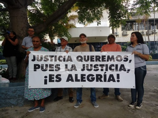 On Thursday, survivors of wartime atrocities and their supporters gathered to protest the amnesty law proposed by El Salvador's Legislative Assembly. Credit: Cristosal