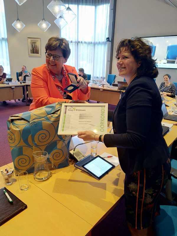 Lintje en erepenning voor Karin van der Kaaden (CDA)