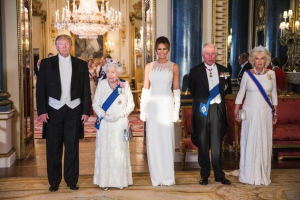 Koningin Elizabeth II ontvangt president Trump in Buckingham Palace (foto: Reuters)