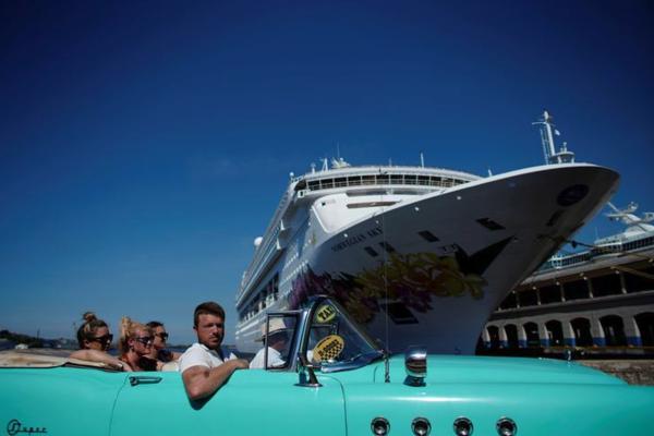 Passagiers van een cruiseschip worden opgehaald in de haven van Havana (foto: Reuters)