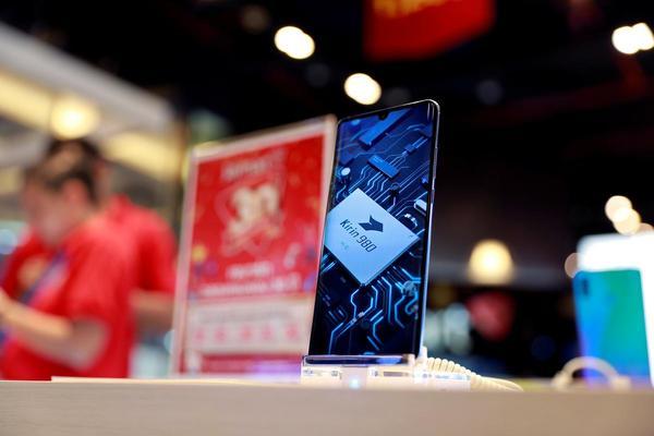 Facebook suspends app pre-installs on Huawei phones