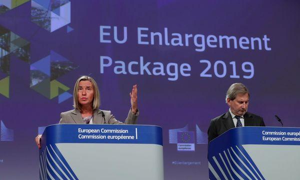 De eurocommissarissen Mogherini en Hahn