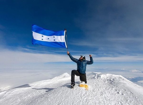 Honduran alpinist Ronald Quintero reaches the summit once again, this time in Mount Denali, Alaska. 🇭🇳 Photo via @Ruta5hn (Twitter)