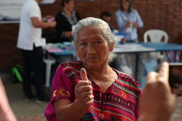 "Modesta Jocotol, 70, interrupted her busiess activities in the Mixco's market and came to vote because she considers ""the change is urgent"" for Guatemala. Photo: Edwin Pitán."
