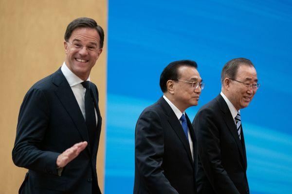 Premier Rutte met voormalig secretaris-generaal Ban Ki-moon (rechts) en de Chinese premier  Li Keqiang tijdens het bezoek van Rutte aan China