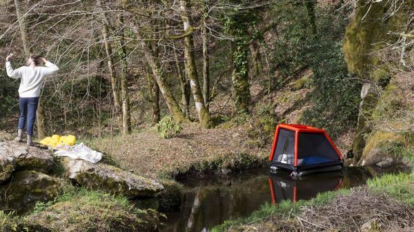 Une tente cabane pour rendre la nuit dans la nature facile - Opblaasbare tent voor nachtje in natuur