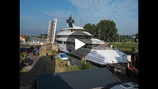 Snelste brugpassage Feadship ooit (Video door dronevlieger Bas Brand uit Oude Wetering)