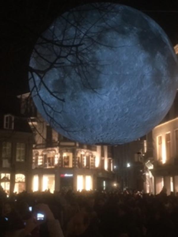 Museum of the moon van Luke Jerram, een replica van de maan met een diameter van 7 meter tijdens het Lichtfestival Gent 2018,