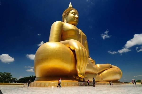 De Boeddha van Ang Thong torent al van heinde en ver boven de rijstvelden uit