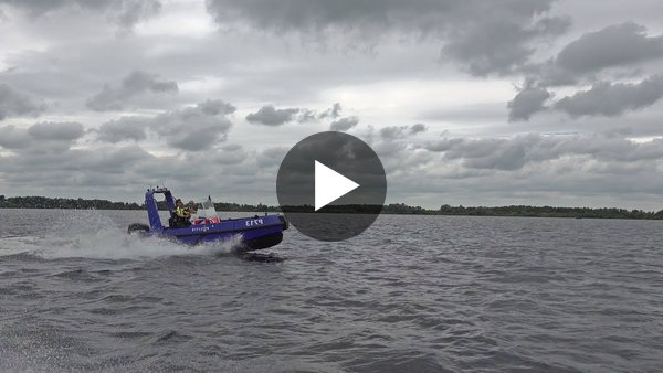 Wat doet de waterpolitie? Waar handhaven ze op en wat moet je ervoor kunnen? Joost Meinhardt is hoofdagent én schipper op een politieboot. Zijn werkgebied: het water van het Braassemermeer. (Video)
