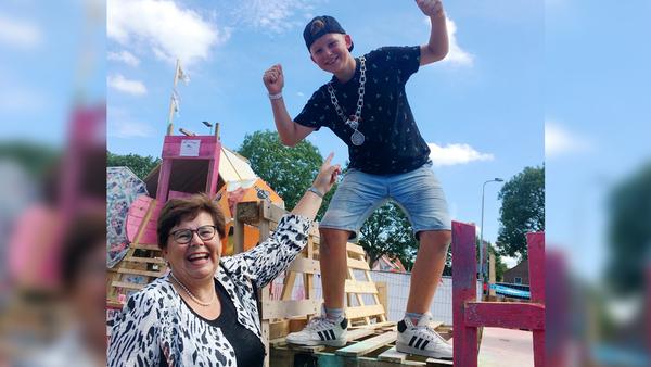 Burgemeester Van der Velde staat ambtsketen af aan Gijs