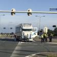 Vrachtwagen duwt auto kruispunt over door aanrijding