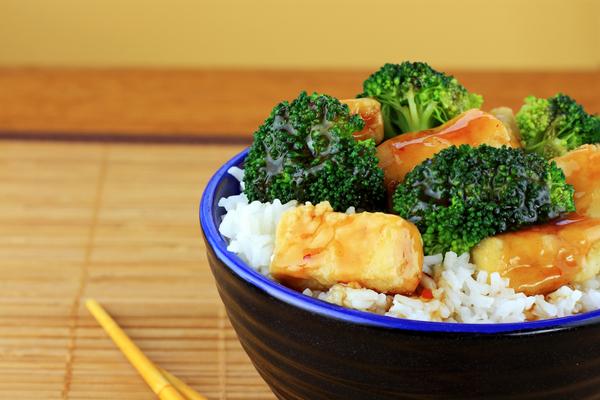 Crispy tofu met broccoli. Serveer het met witte rijst.