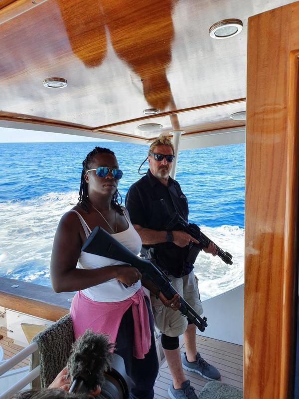 """John e la moglie in """"vacanza"""", tra un arresto e l'altro. Ora pare sia a Londra (senza armi e yacht)"""
