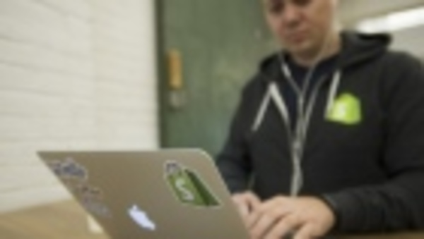 Shopify nips at Amazon with hassle-free shipping for small firms - BNN Bloomberg