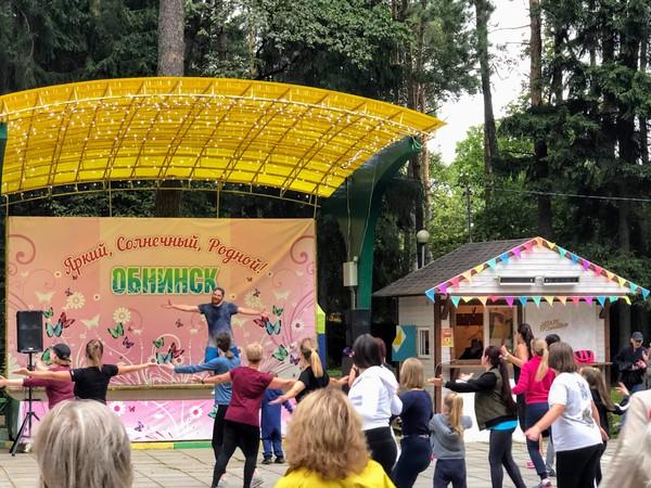 Массовые танцы в парке