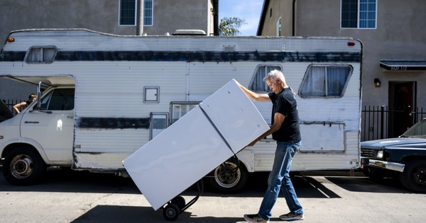 To house homeless people, a Venice couple is working outside of the system - Los Angeles Times