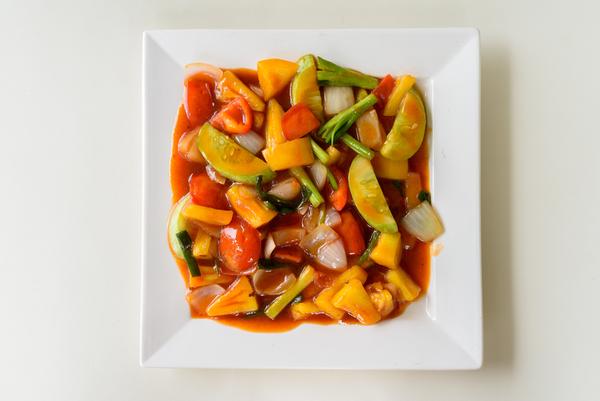 Groente en ananas in zoetzure saus. Combineer het met een pittig gerecht.