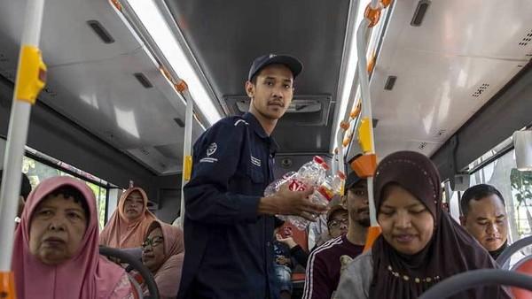 Indonesien bietet Gratis-Busfahrten an, wenn Fahrgäste Plastikmüll einsammeln