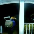 Gulle man met tv op zijn hoofd laat oude televisies achter op deurmatten