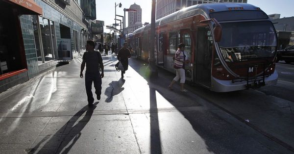 6,000 bus stops in Los Angeles lack shelter - Curbed LA