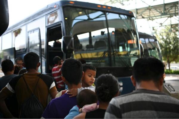 Migrantengezinnen worden vrijgelaten hij de Texaanse grensplaats McAllen (foto: Reuters)