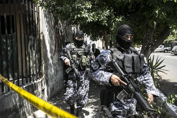 "Police from the now-defunct ""Police Reaction Group"" carry out an operation in the municipality of Quezaltepeque after the murder of a PNC agent. March 3, 2016. Photo: Fred Ramos for El Faro."