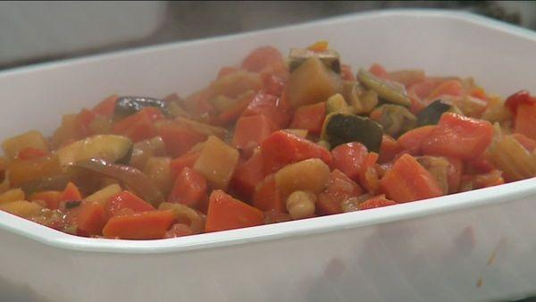"""Greenpeace décerne à Lille sa première """"écharpe cantine verte"""" pour ses repas végétariens - Greenpeace beloont Lille met eerste 'groene sjaal van de kantine' voor vegetarische maaltijden"""