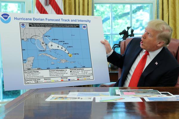 Trump laat een gemanipuleerde kaart zien om te bewijzen dat hij gelijk had over Alabam (foto: Reuters)