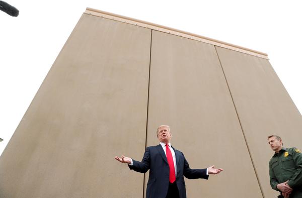 Trump bij een prototype van de grensmuur in San Diego (foto: Reuters)