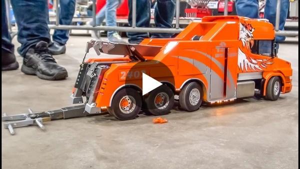 Modelbouwers Asfalt Rockers uit Woubrugge laten hun wagens zien.