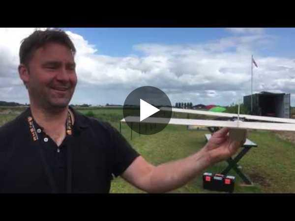 Proefvluchten experimenteel modelvliegtuig bij Woubrugge International Airport.