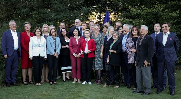 Eerste foto van de nieuwe Europese Commissie. Bij de vlag (achteraan) staat Timmermans