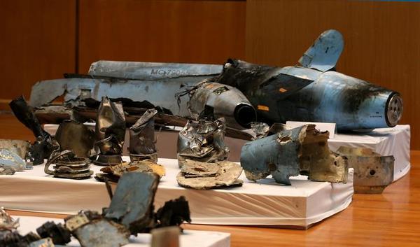 Saoedische officials tonen de restanten van de raketten die gebruikt werden tegen de olie-installaties (foto: Reuters)