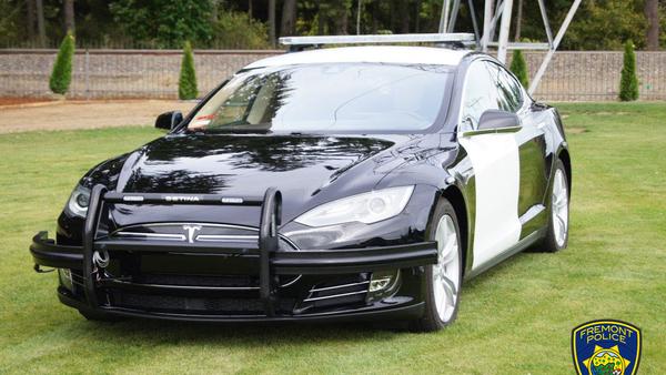 Tesla politieauto moet achtervolging staken vanwege lege batterij - WANT