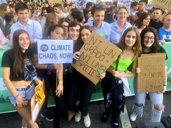 Iñigo Errejón (midden, zonnebril op hoofd) de leider van een nieuwe Spaanse partij tijdens het klimaatprotest vrijdag in Madrid. Foto: Michiel de Ruiter