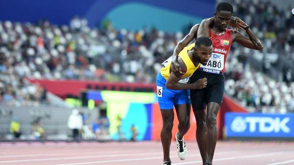 Image exceptionnelle : un coureur du 5.000 m finit sa course soutenu par un concurrent
