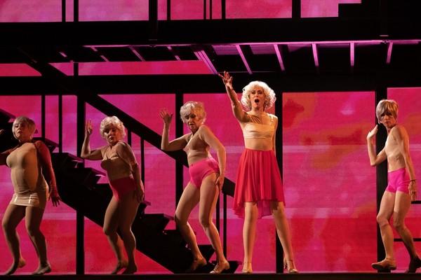 Crítica: 'Transparent Musicale Finale', un adiós festivo para sanar las heridas