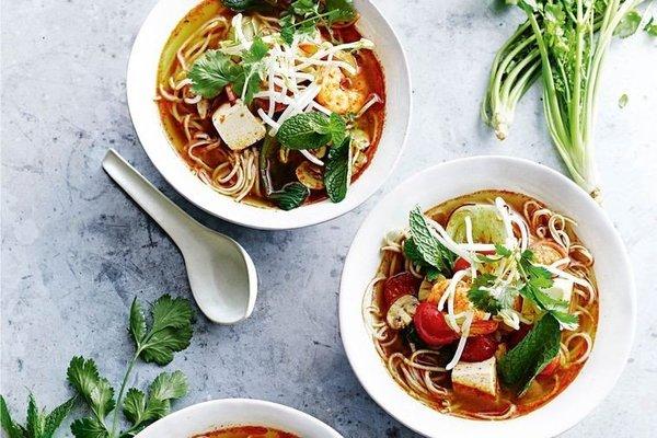 Er valt veel te kiezen: vegetarische tom yam met tofu.