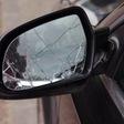 Spiegels van auto's vernield