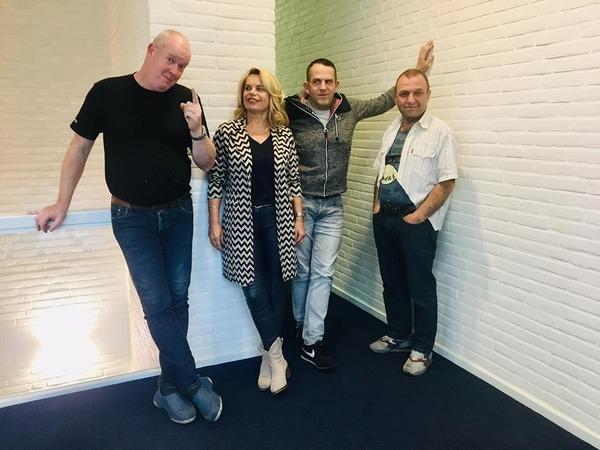 Er is veel gebeurd bij Van den Bosch & Fikkert (met nieuwe huisstijl en site extra goed zichtbaar). Meer dan ooit zijn ze in Almelo klaar voor de toekomst. Gisteren ondertekende iedereen symbolisch het Ondernemingsbeleid, en staat als één man achter het bedrijf. Het verbeterteam (op de foto) zet zich extra in voor opruim/schoonmaakacties op alle afdelingen. #trotsopditteam