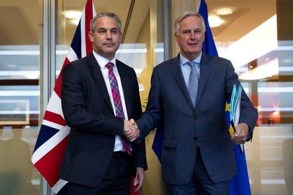 De brexit-onderhandelaars Barclay en Barnier