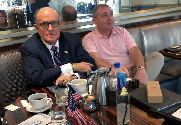 Trumps advocaat Rudy Giuliani en zijn zakenpartner Lev Parnas (foto: Reuters)