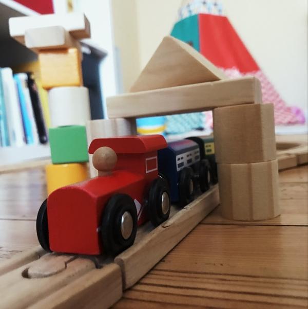 Dans ma précédente lettre j'avais partagé une vidéo avec un petit train en bois. C'est aussi mon jeu favori en ce moment avec ma fille