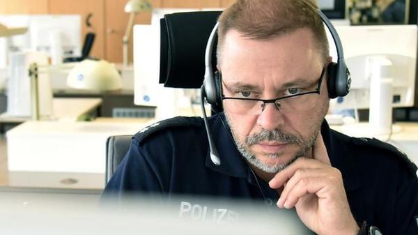 Report aus der Berliner Notrufzentrale: Was die Beamten hinter der 110 jeden Tag hören