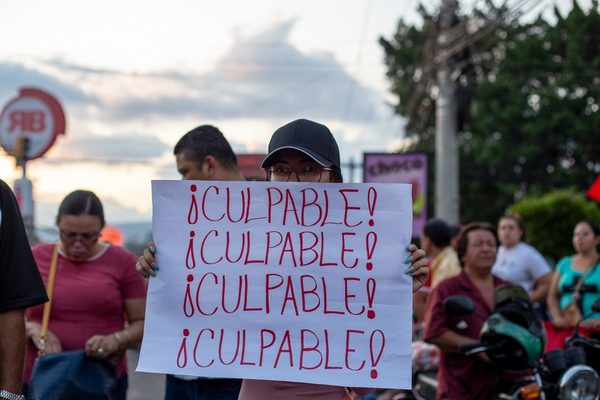 """A young person holds a sign that says ""Guilty,"" an allusion to the trial of Tony Hernandez in New York. Tegucigalpa, October 18, 2019."" Contra Corriente/ Martín Cálix"
