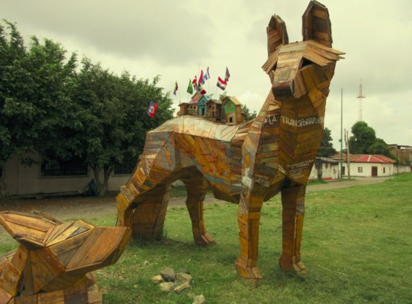 """Coyota and her puppy represent the thousands of migrant mothers and their children who are forced daily to leave their home country in search of a better life."" The sculpture was placed next to the train tracks ""The Beast"" and in addition to paying tribute to the migrants, it will guide them as they pass through the country through a map with information on each hostel. Find more information here. Photo published by Sandra Cuffe."