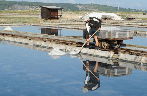 Traditionele zoutwinning in de omstreden baai van Piran