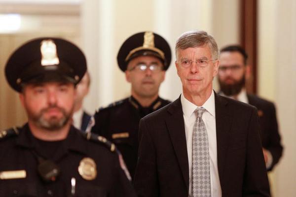 Diplomaat Bill Taylor arriveert voor zijn verhoor in het Congres (foto: Reuters)