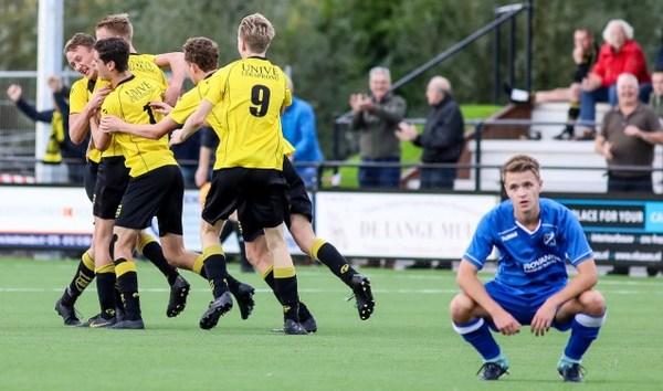 Youri van Blanken straft fout VVAC-doelman in slotminuut wonderschoon af (1-0)